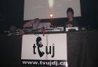 vpravo DJ Shake